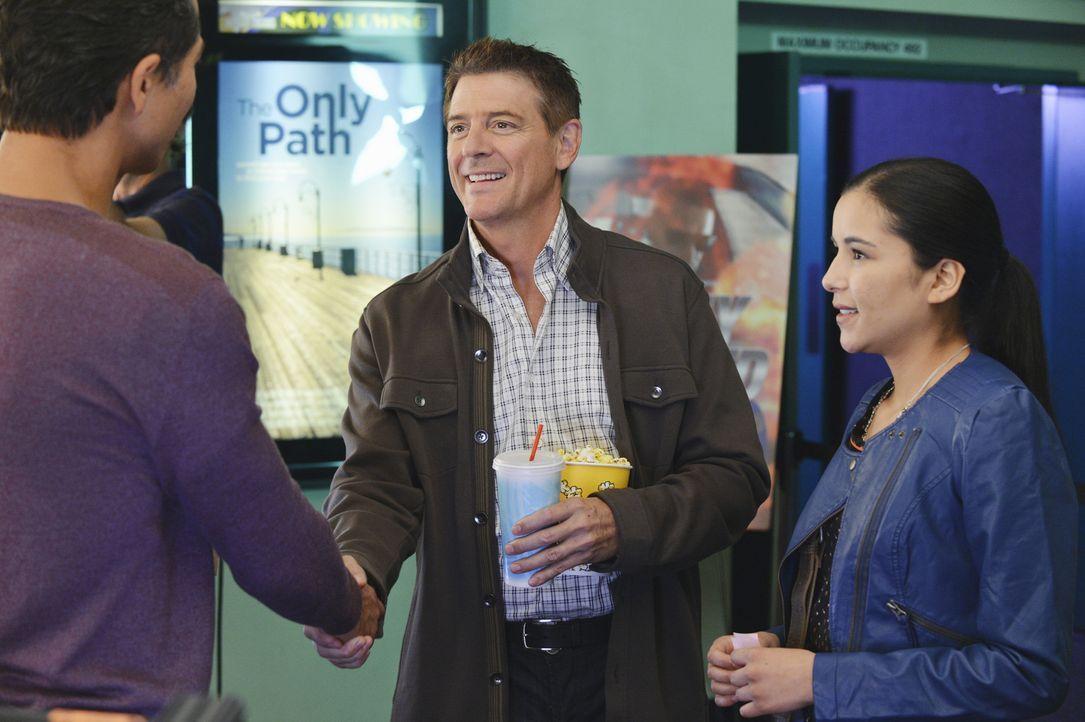 Jake (Benjamin Bratt, l.) ist alles andere als begeistert, als er erfährt, dass seine Tochter Angela (Emily Rios, r.) mit ihrem Professor Eli Wilso... - Bildquelle: ABC Studios