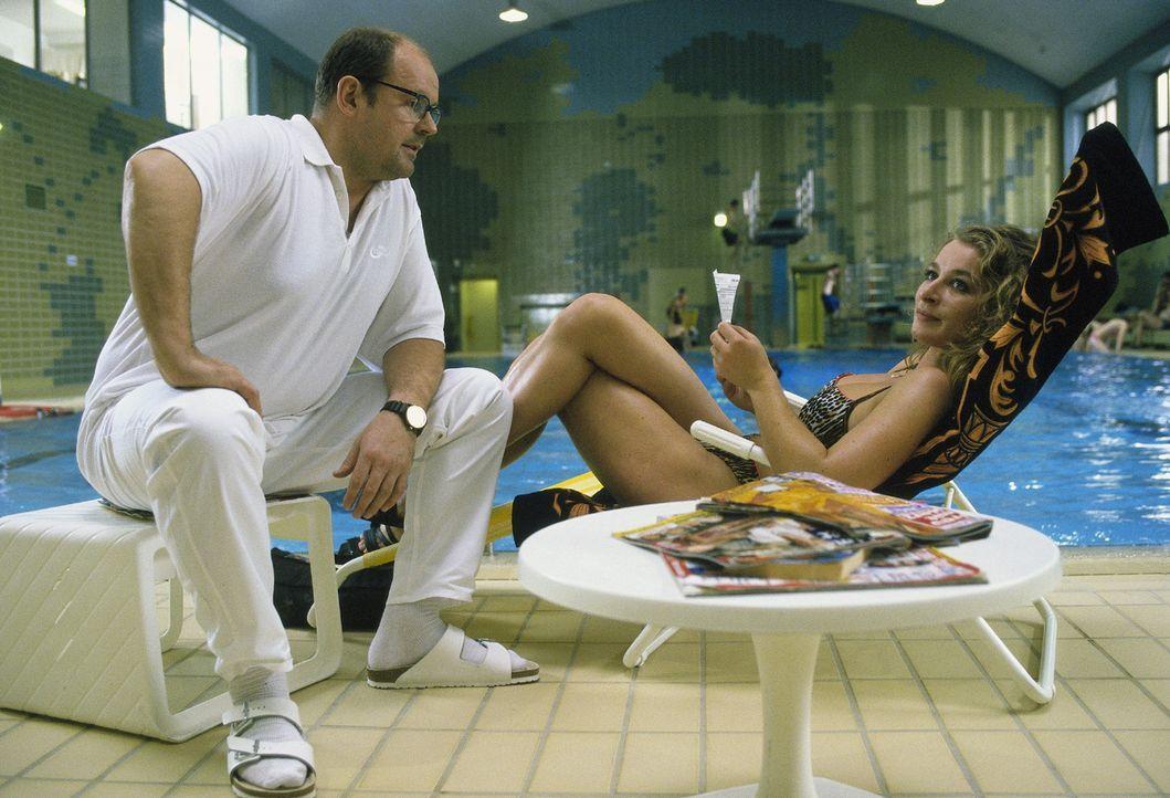 Alfred Blenninger (August Schmölzer, l.) sitzt mit seiner Verlobten Viola Hainthaler (Maria Fuchs, r.) am Pool. Musste seine Frau ihretwegen sterben? - Bildquelle: Magdalena Mate Sat.1