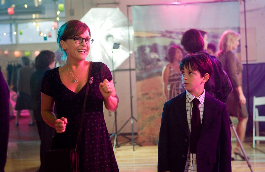 Greg Heffley (Zachary Gordon, r.) bleibt auch nichts erspart: Während seine Mum Susan Heffley (Rachael Harris, l.) sich auf den Mutter-Sohn-Tanz fre... - Bildquelle: 2010 Twentieth Century Fox Film Corporation. All rights reserved. DIARY OF A WIMPY KID, WIMPY KID and Greg Heffley image are trademarks of W