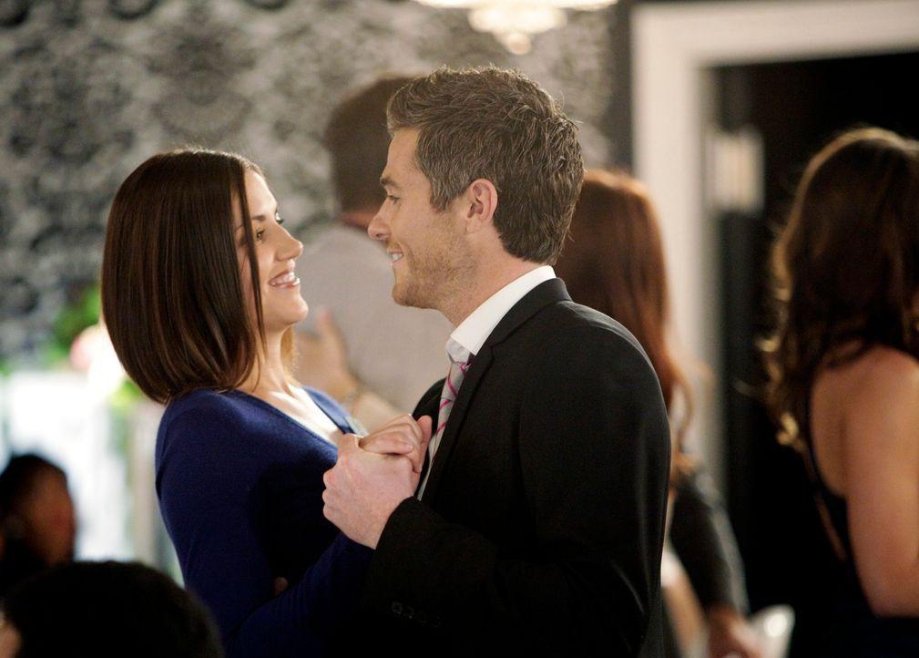 Sogar zur Hochzeit seiner Schwester bringt Justin (Dave Annable, r.) die hübsche Tyler (Marika Dominczyk, l.) mit ... - Bildquelle: 2011 American Broadcasting Companies, Inc. All rights reserved.