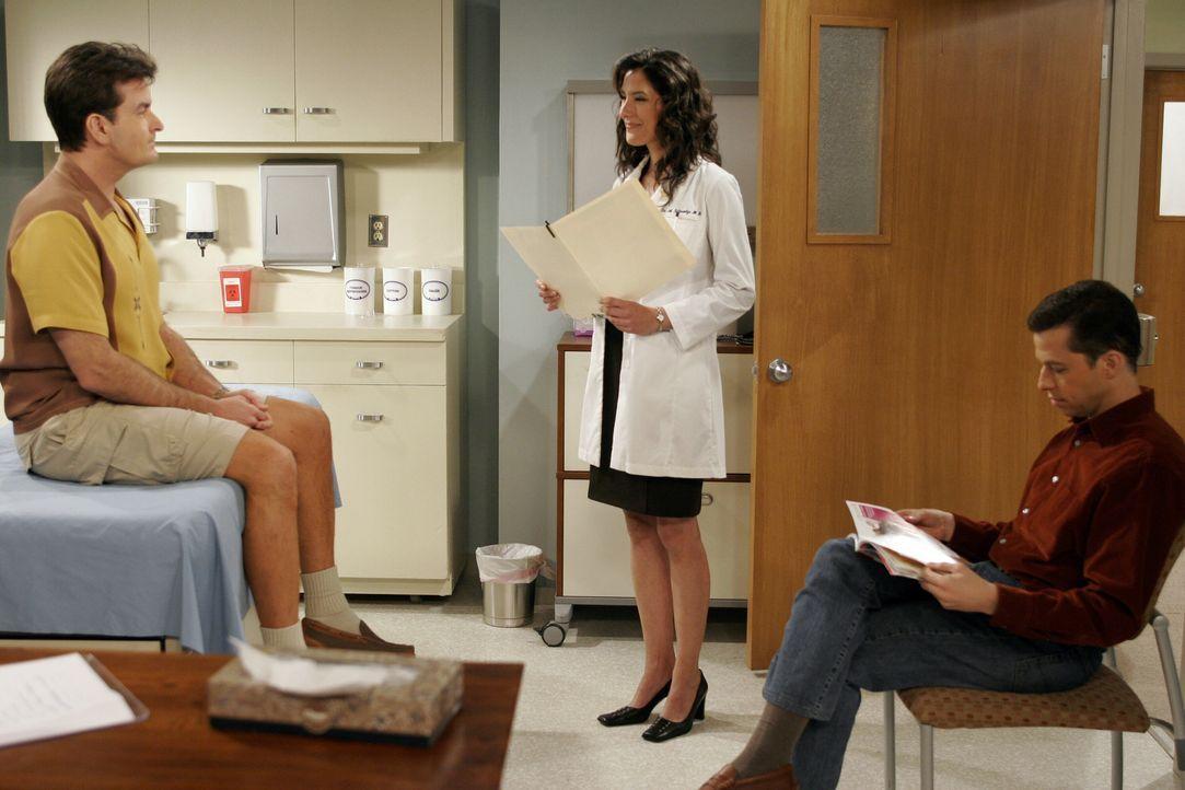 Charlie (Charlie Sheen, l.) quälen schreckliche Rückenschmerzen. Er lässt sich von Alan (Jon Cryer, r.) ins Krankenhaus fahren, wo sich eine hübsche... - Bildquelle: Warner Brothers Entertainment Inc.