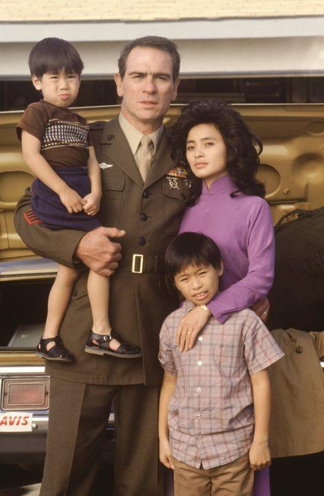 Amerika: Le Ly (Hiep Thi Le, l.). wähnt sich im gelobten Land, doch Steves (Tommy Lee Jones, r.) Vietnamtrauma macht ihr das Leben zu Hölle ... - Bildquelle: Warner Bros.
