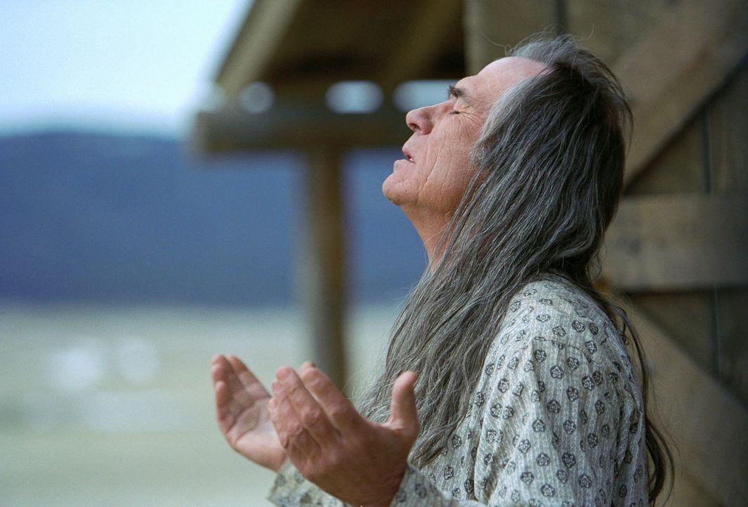 Vor 20 Jahren hatte Samuel Jones (Tommy Lee Jones) seiner Familie den Rücken gekehrt, um bei den Apachen zu leben. Jetzt will er die Aussöhnung mi... - Bildquelle: 2004 Sony Pictures Television International. All Rights Reserved.