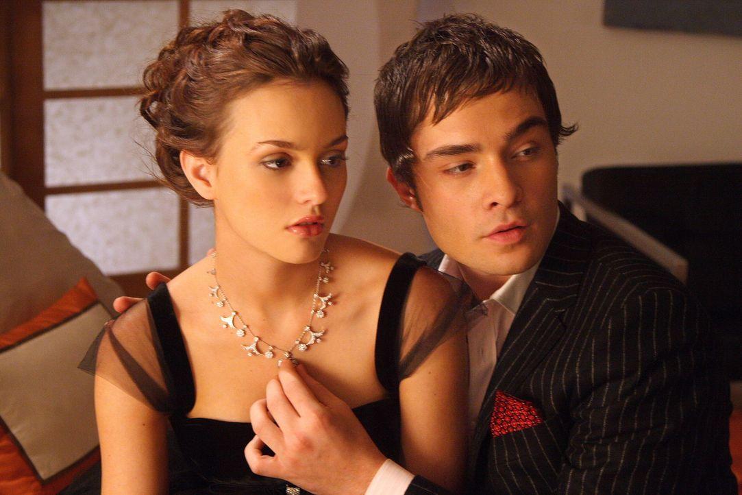 Chuck (Ed Westwick, r.) überreicht seiner Angebeteten Blair (Leighton Meester, l.) ein Collier. Will der smarte Junge doch mehr von ihr, als nur Fre... - Bildquelle: Warner Bros. Television