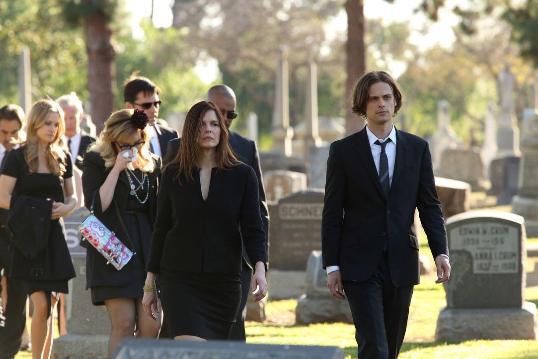 Ein schwerer Gang wartet auf JJ (AJ Cook, l.), Garcia (Kirsten Vangsness, 2.v.l.), Hotch (Thomas Gibson, 3.v.l.), Alex (Jeanne Tripplehorn, 3.v.r.),... - Bildquelle: ABC Studios