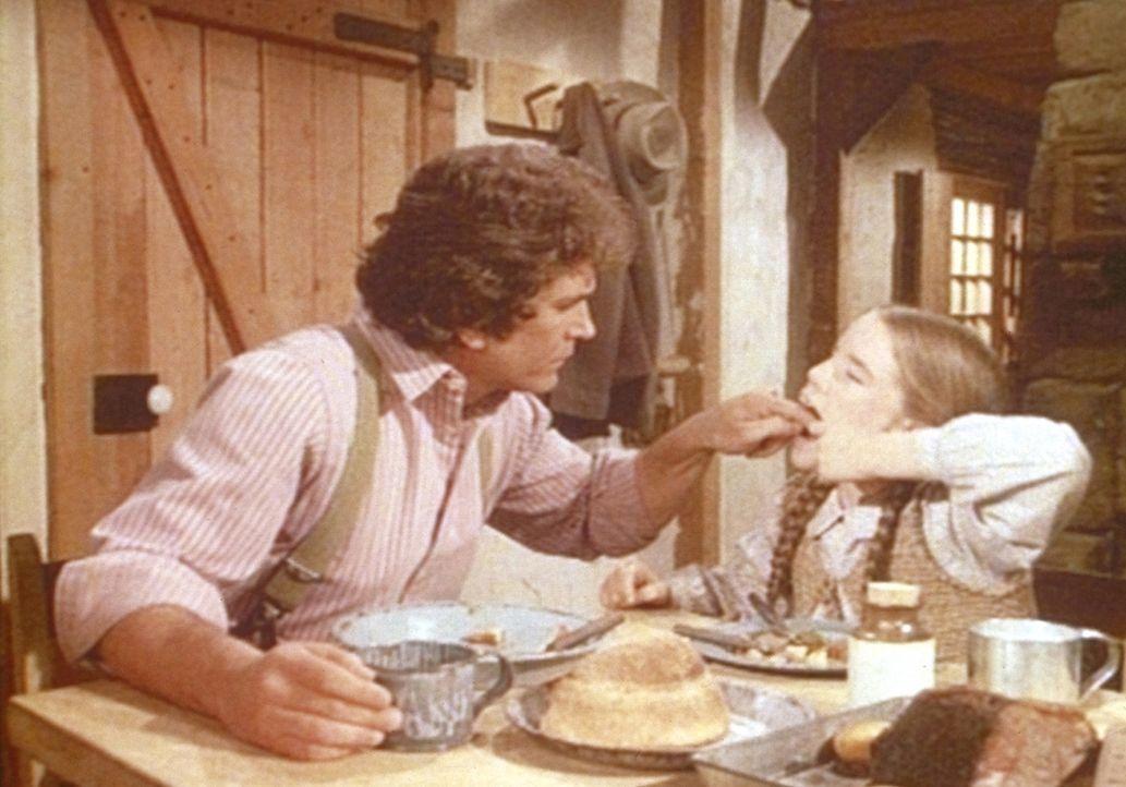 Laura (Melissa Gilbert, r.) beklagt sich bei ihrem Vater Charles (Michael Landon, l.) über Zahnschmerzen. - Bildquelle: Worldvision