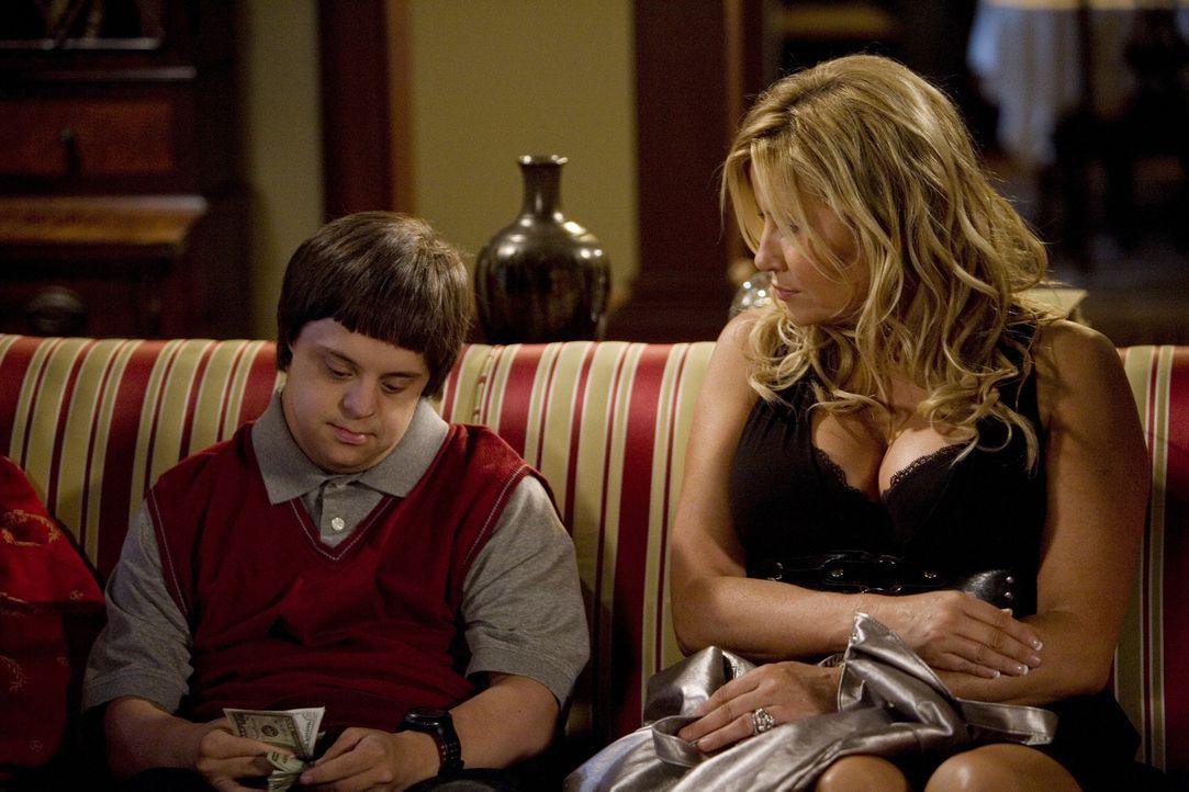 Tom (Luke Zimmerman, l.) will endlich auch sexuelle Erfahrung sammeln und hat deshalb die Prostituierte Betty (Jennifer Coolidge, r.) zu sich nach H... - Bildquelle: ABC Family