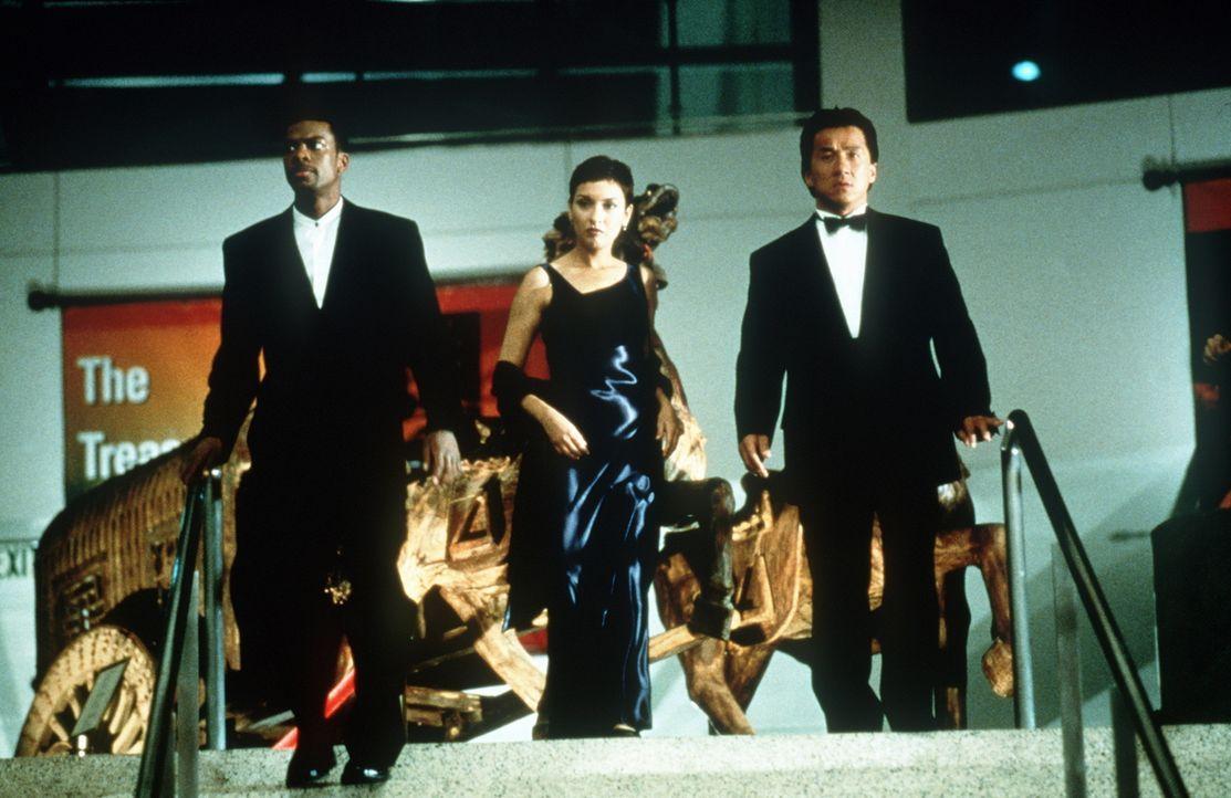 Die Top-Agenten auf der Suche nach der entführten Tochter des Konsuls: James Carter (Chris Tucker, l.), Tanja Johnson (Elizabeth Pena, M.) und Inspe... - Bildquelle: New Line Cinema