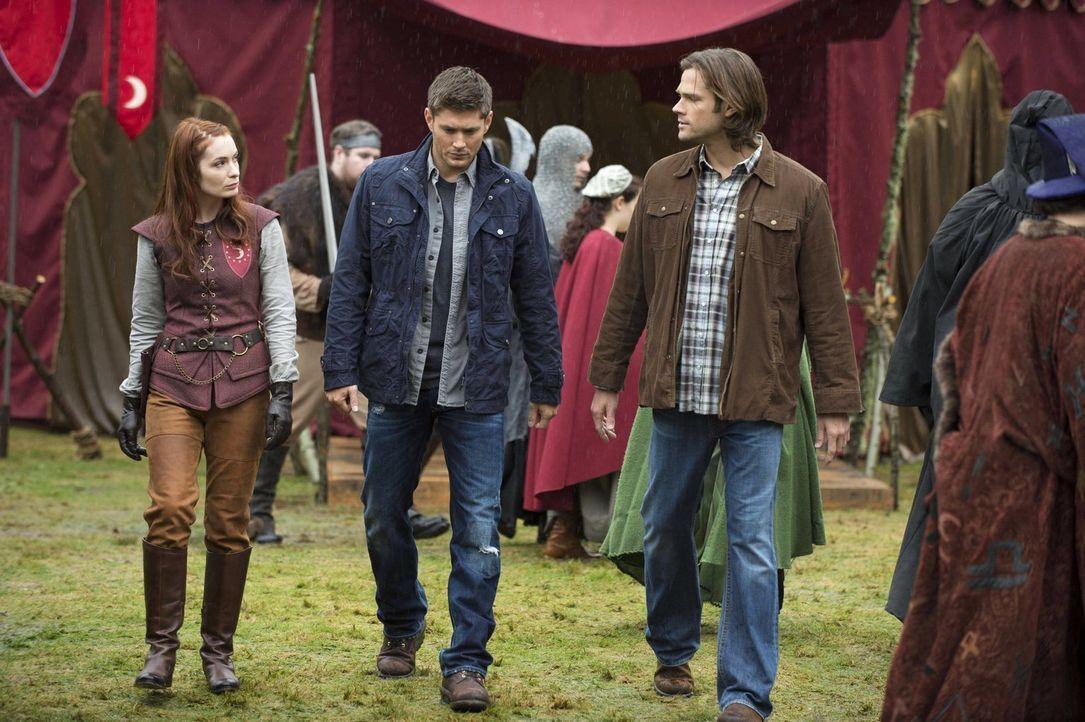 Als Sam (Jared Padalecki, r.) und Dean (Jensen Ackles, M.) mysteriösen Todesfällen auf den Grund gehen wollen, treffen sie ausgerechnet auf eine alt... - Bildquelle: Warner Bros. Television