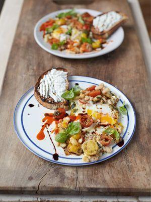 Jamies Super Food: Eier mit gepufften Bohnen, Kirschtomaten, Ricotta auf Röst...