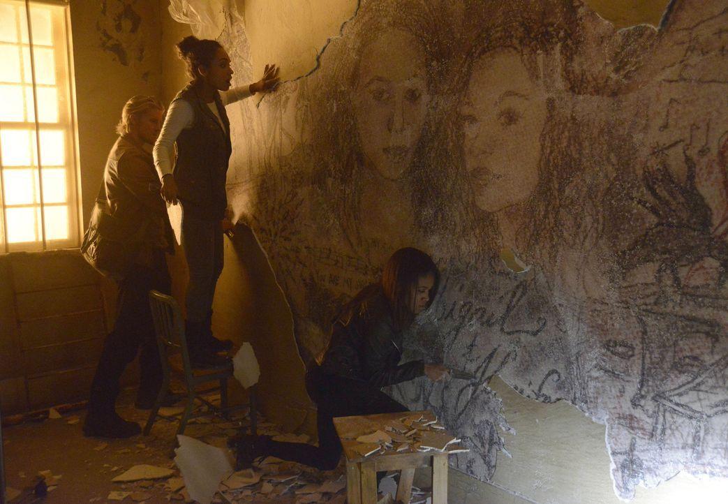 In dem ehemaligen Zimmer ihrer Mutter entdecken Abbie (Nicole Beharie, r.), Jenny (Lyndie Greenwood, M.) und auch Hawley (Matt Barr, l.) plötzlich e... - Bildquelle: 2014 Fox and its related entities. All rights reserved