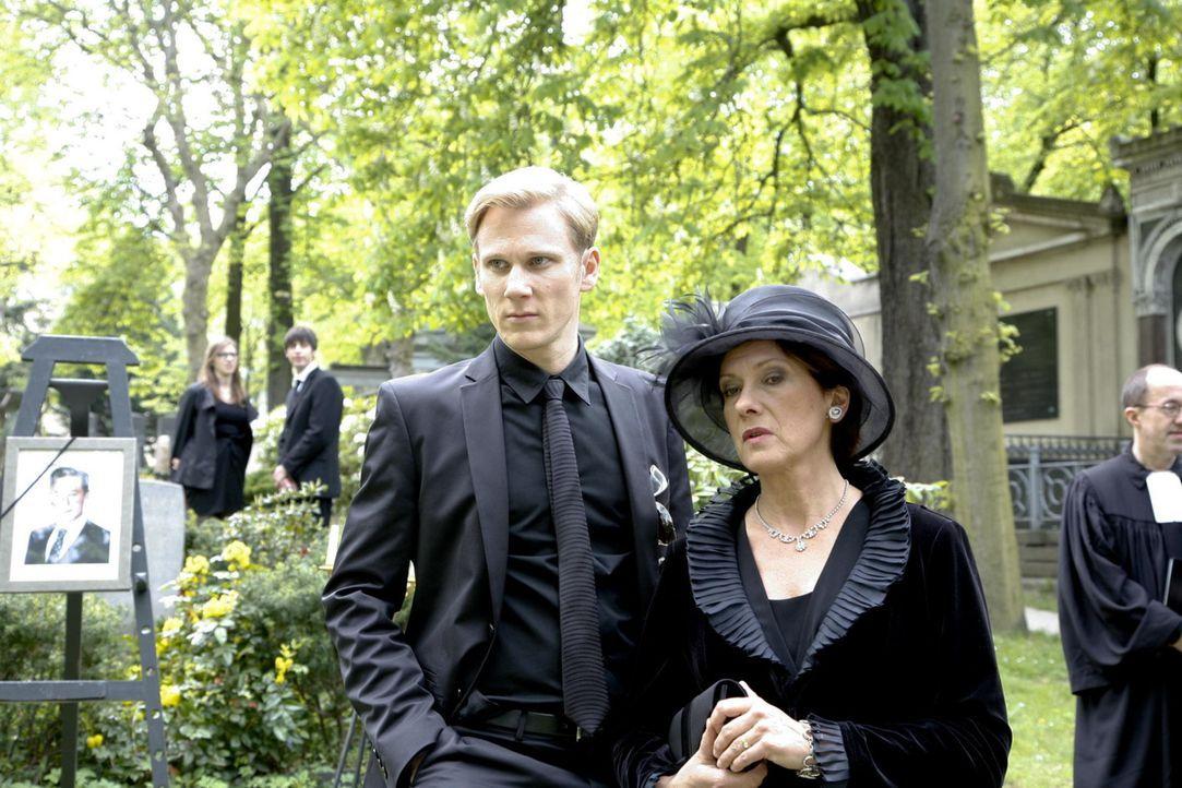 Nehmen Abschied von Julius Aden: Philip (Philipp Romann, l.) und Ingrid (Oliviam Silhavy, r.) ... - Bildquelle: SAT.1