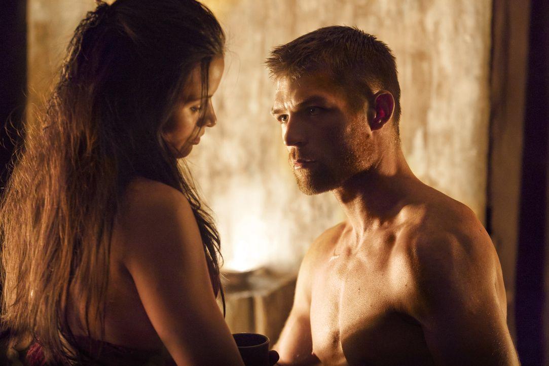 Mira (Katrina Law, l.) liebt Spartacus (Liam McIntyre, r.) und kann nicht verstehen, warum sich dieser immer wieder ins Zentrum allergrößter Gefah... - Bildquelle: 2011 Starz Entertainment, LLC. All rights reserved.