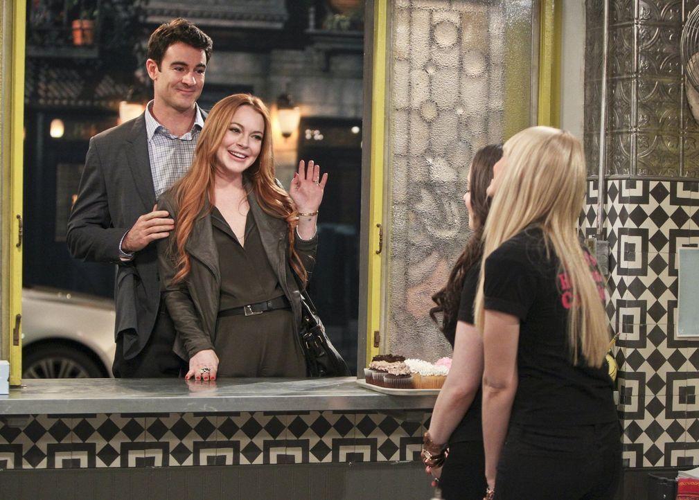 Max (Kat Dennings, 2.v.r.) und Caroline (Beth Behrs, r.) nehmen einen Auftrag von Tim (Ben Lawson, l.) und Claire (Lindsay Lohan, 2.v.l.) an, der si... - Bildquelle: Warner Bros. Television