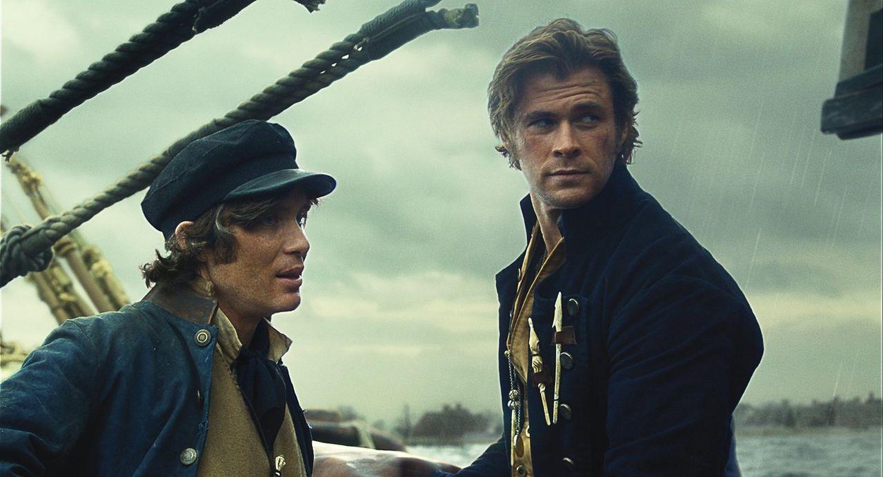 Durch dramatische Ereignisse wird die Walfangjagd an Bord der Essex zum Überlebenskampf, der die Besatzung (Cillian Murphy, l. und Chris Hemsworth,... - Bildquelle: Warner Bros.