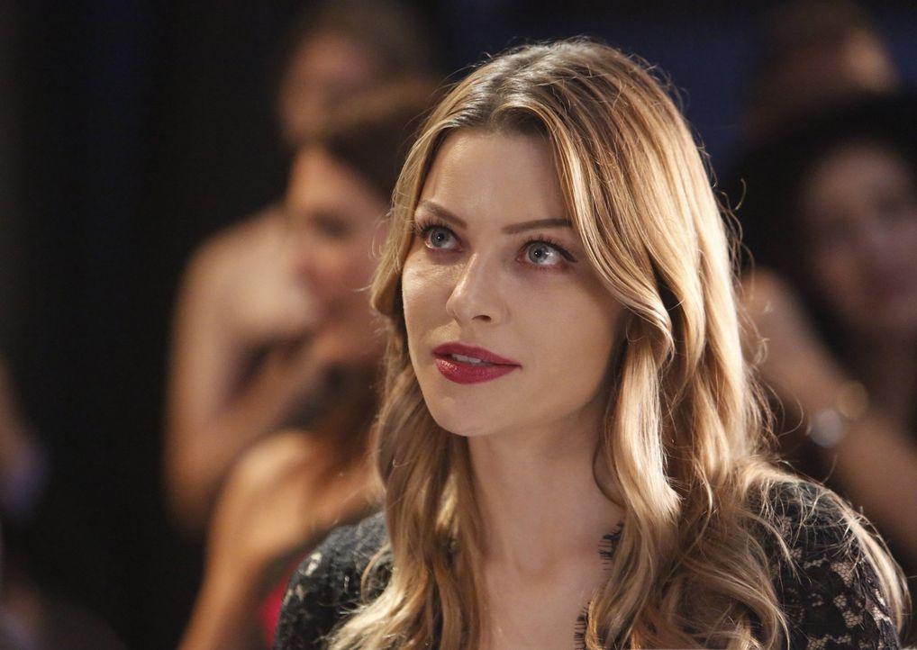 Innerhalb von 24 Stunden soll Chloe (Lauren German) den alten Palmetto-Fall aufklären oder ihn ad acta legen. Wird sie das wirklich tun? - Bildquelle: 2016 Warner Brothers