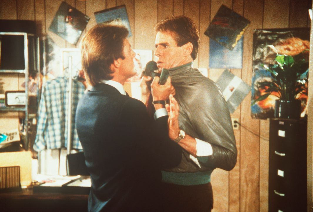 Auf seine Weise versucht Lee (Bruce Boxleitner, l.), seinen obskuren Informanten Augie Swann (Louis Welch, r.) zum Reden zu bringen. - Bildquelle: CBS Television