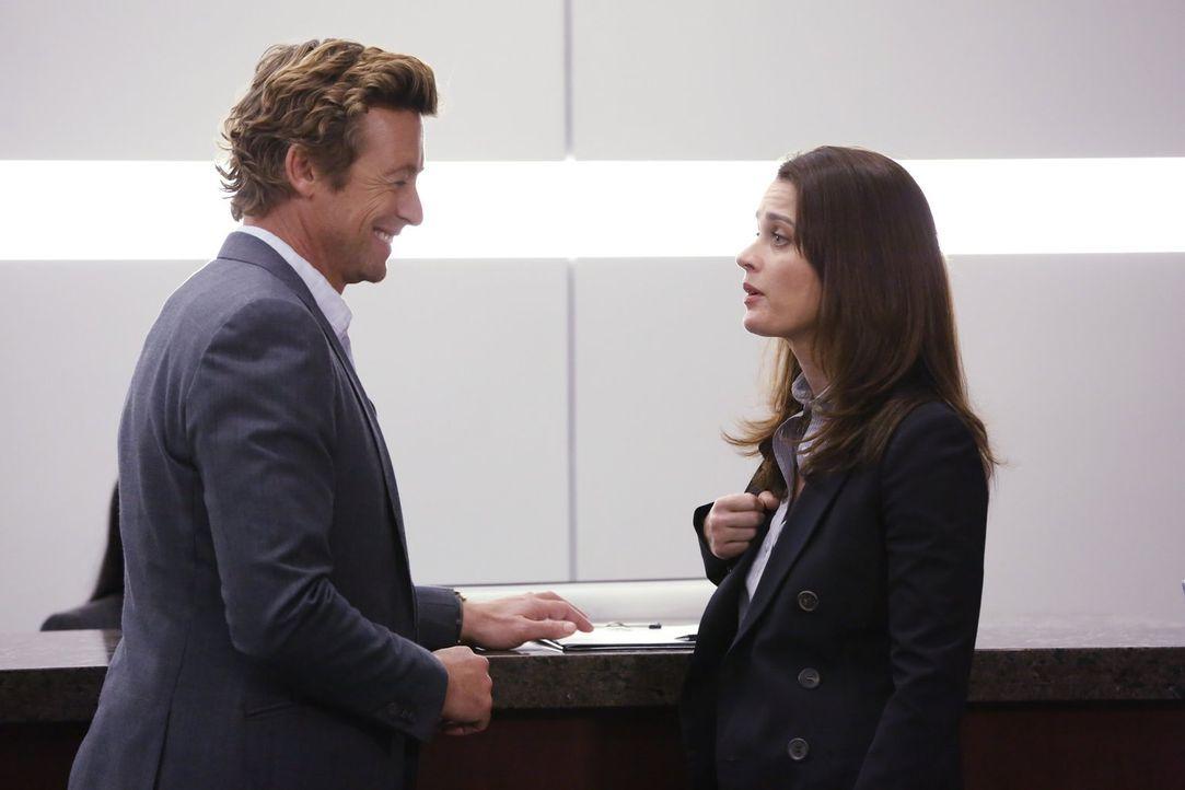 Lisbon (Robin Tunney, r.) hat Jane (Simon Baker, l.) verhaften lassen, damit er wieder mit dem FBI zusammenarbeitet - doch wird er sich dafür wieder... - Bildquelle: Warner Bros. Television
