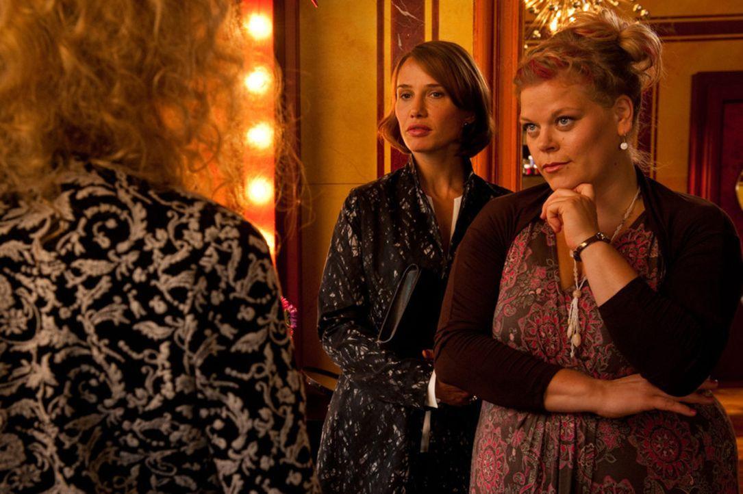 Die wunderschöne Fe (Nadeshda Brennicke, l.) ahnt nicht, dass die scheinbar weniger attraktive Mandy (Marie Schöneburg, r.) bald einen Traummann k... - Bildquelle: Maria Krumwiede SAT.1