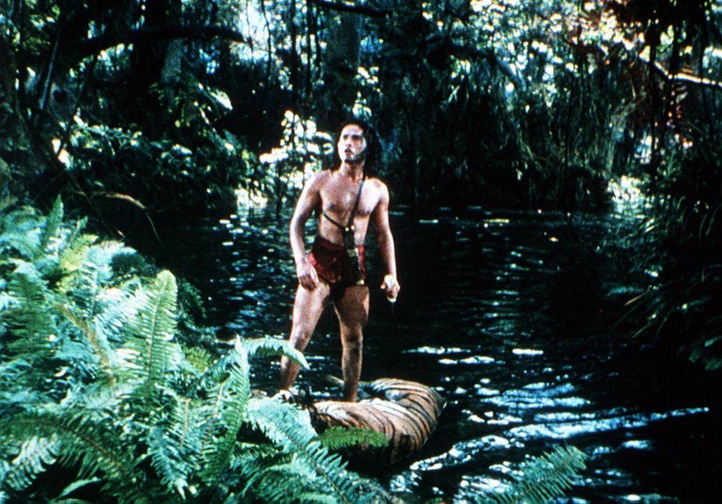 Mowgli (Sabu) entdeckt den Tiger Schir Khan im Wasser liegend. Ist er tot? - Bildquelle: United Artists