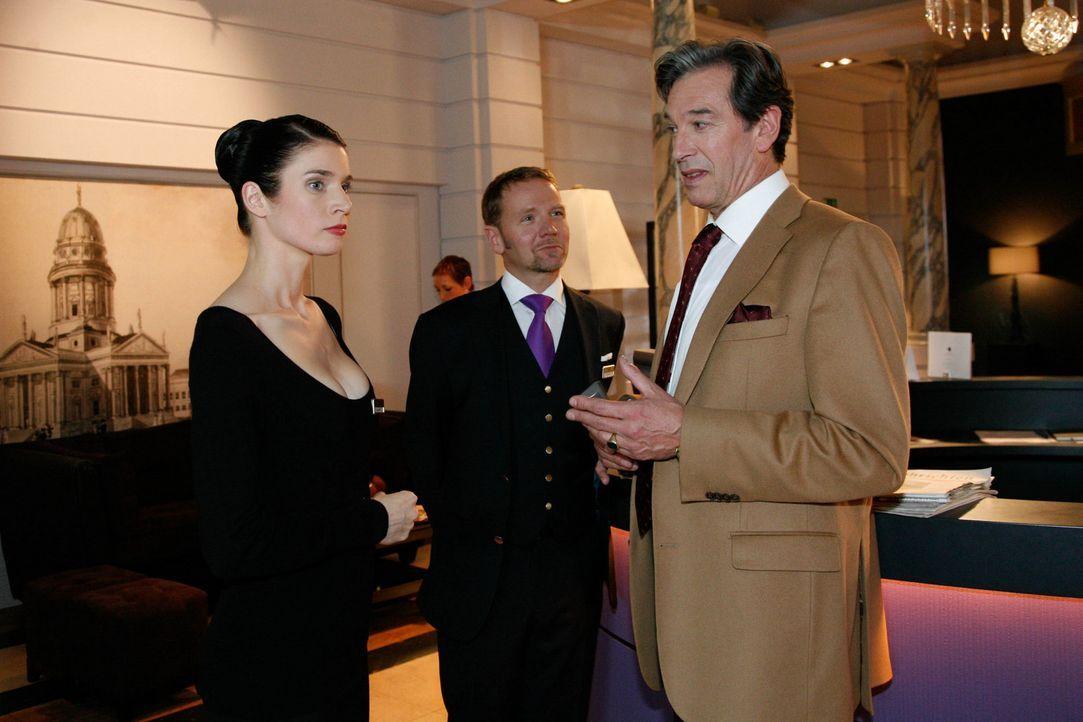Gina (Elisabeth Sutterlüty, l.) bekommt die Gelegenheit, vor Julius (Günter Barton, r.) zu glänzen, indem sie einen Ersatz für den ausgefallenen... - Bildquelle: SAT.1