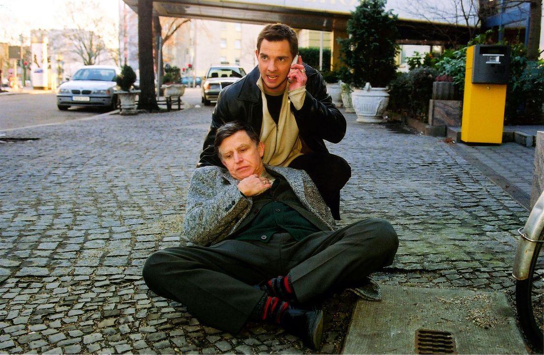 Nach einem Fluchtversuch bricht Dr. Gerber (Ulrich Anschütz, l.) in Toms (Steven Merting, r.) Armen zusammen. - Bildquelle: Claudius Pflug Sat.1