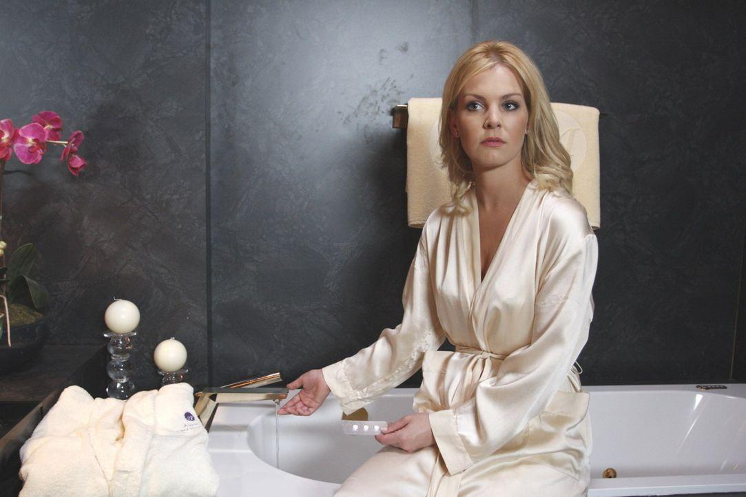 Alexandra (Ivonne Schönherr) schafft es nicht, Mark die Vaterschaftslüge zu beichten. Zu groß ist ihre Angst, von ihm verlassen zu werden. Aber P... - Bildquelle: SAT.1