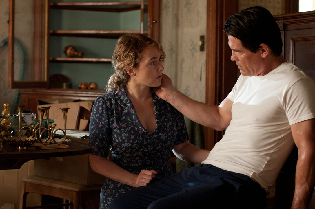 Finden zueinander, obwohl er sich als verurteilter Mörder herausstellt: Frank (Josh Brolin, l.) und Adele (Kate Winslet, r.) ... - Bildquelle: 2016 Paramount Pictures. All Rights Reserved.