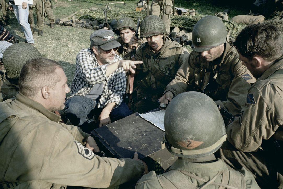 Regiebesprechung mit Steven Spielberg (M.). - Bildquelle: United International Pictures