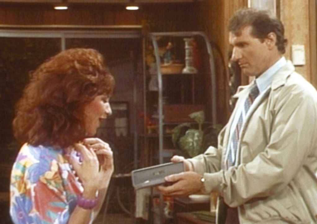 Peggy (Katey Sagal, l.) ist entzückt: Al (Ed O'Neill, r.) hat ihr von seinem Pokergewinn eine Halskette gekauft. - Bildquelle: Columbia Pictures