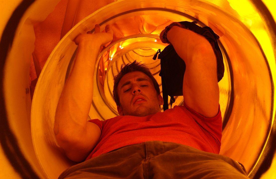 Eigentlich wollte Sunnyboy Ryan (Chris Evans) nichts anderes tun, als einen netten Tag auf dem Surfbrett zu verbringen. Doch dann erhält er einen f... - Bildquelle: Warner Bros. Pictures