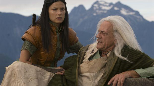 In letzter Sekunde kann Perfidia (Natassia Malthe, l.), ihren Großvater, den...