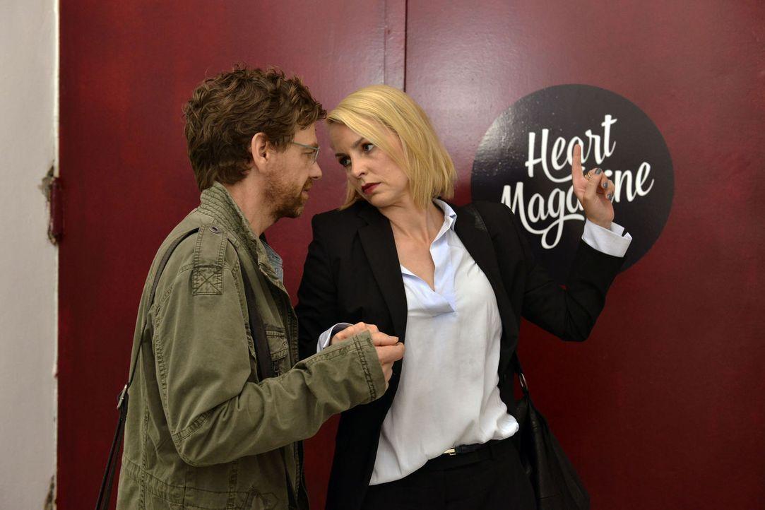 Was läuft zwischen Rudi (Andreas Nickl, l.) und Theresa (Simone Hanselmann, r.)? - Bildquelle: Oliver Ziebe SAT.1