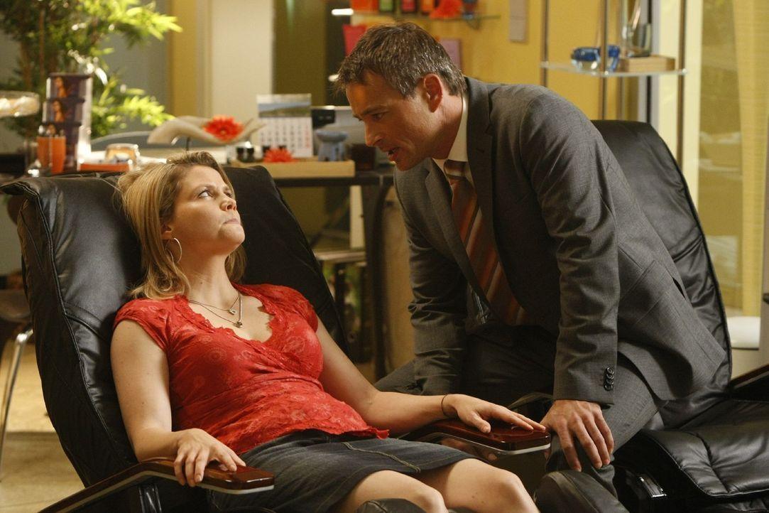 Danni (Annette Frier, l.) findet Oliver (Jan Sosniok, r.) immer interessanter. Doch wie steht er zu ihr? - Bildquelle: Frank Dicks SAT.1