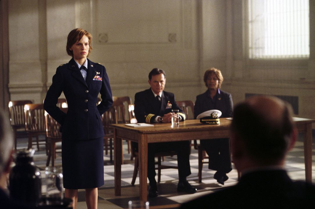 "Nur ein tollkühner Plan kann den unmittelbar bevorstehenden Erdkollaps stoppen: Major Rebecca ""Beck"" Childs (Hilary Swanks, l.), Colonel Robert Ive... - Bildquelle: TM & Copyright   2003 by Paramount Pictures. All Rights Reserved."