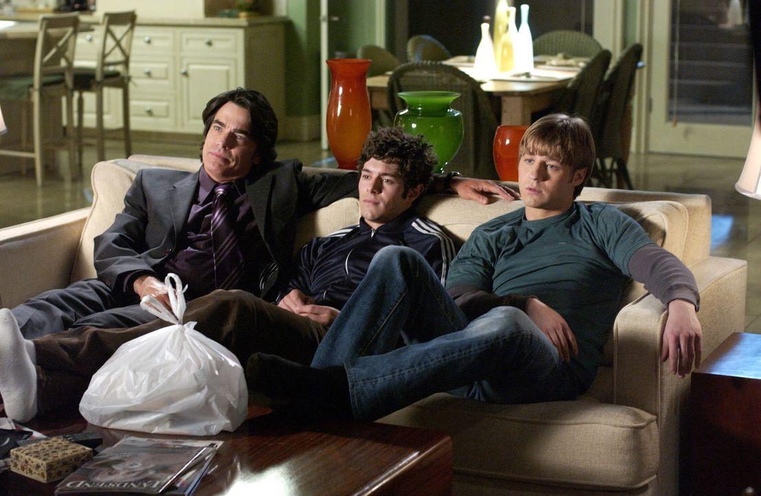Ein Abend ganz allein unter Männern: Sandy (Peter Gallagher, l.), Ryan (Benjamin McKenzie, r.) und Seth (Adam Brody, M.) ... - Bildquelle: Warner Bros. Television