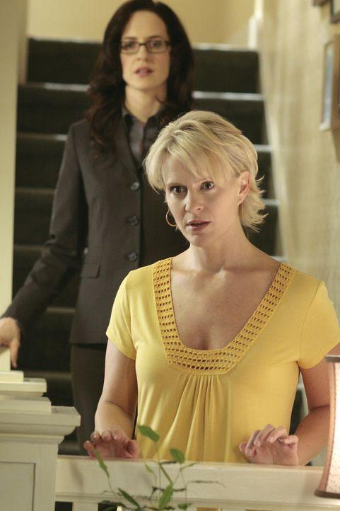 Nicole (Marguerite MacIntyre, vorne) muss von der Sozialarbeiterin Constance Berlinger (Anna Galvin, hinten) erfahren, dass eine Beschwerde gegen Ky... - Bildquelle: TOUCHSTONE TELEVISION