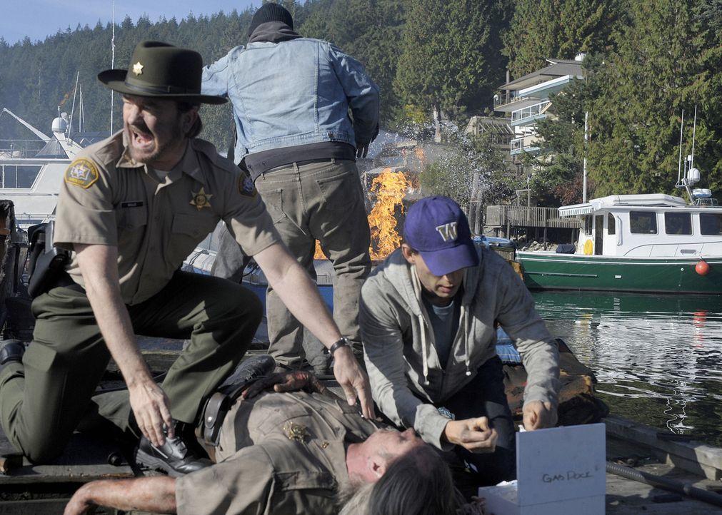 Sheriff Charlie (Jim Beaver, l.) ist sich sicher, dass er den Mörder entlarvt hat, doch eine dubiose Explosion auf der Insel bringt seine Theorie i... - Bildquelle: 2009 CBS Studios Inc. All Rights Reserved.