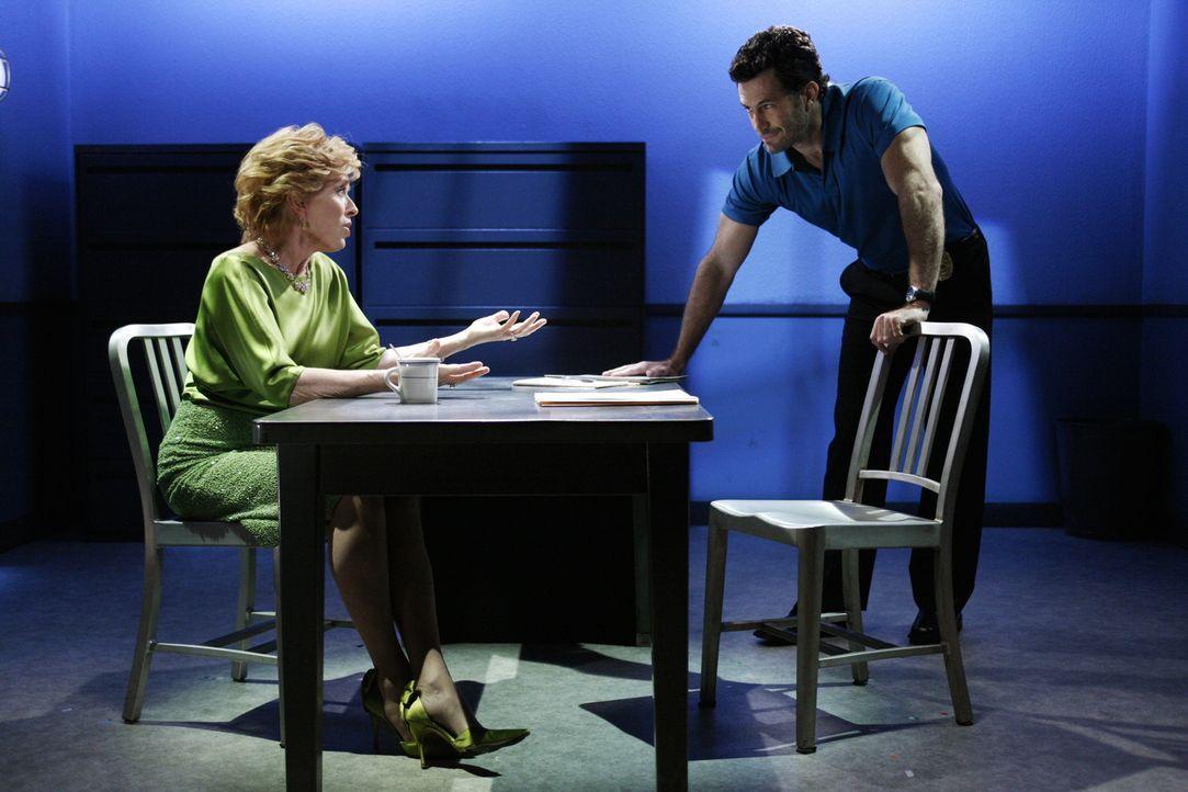 Evelyn (Holland Taylor, l.) wird von Wes (Michael Lowry, r.) verhört, da ihr frisch angetrauter Ehemann tot aufgefunden wurde ... - Bildquelle: Warner Bros.