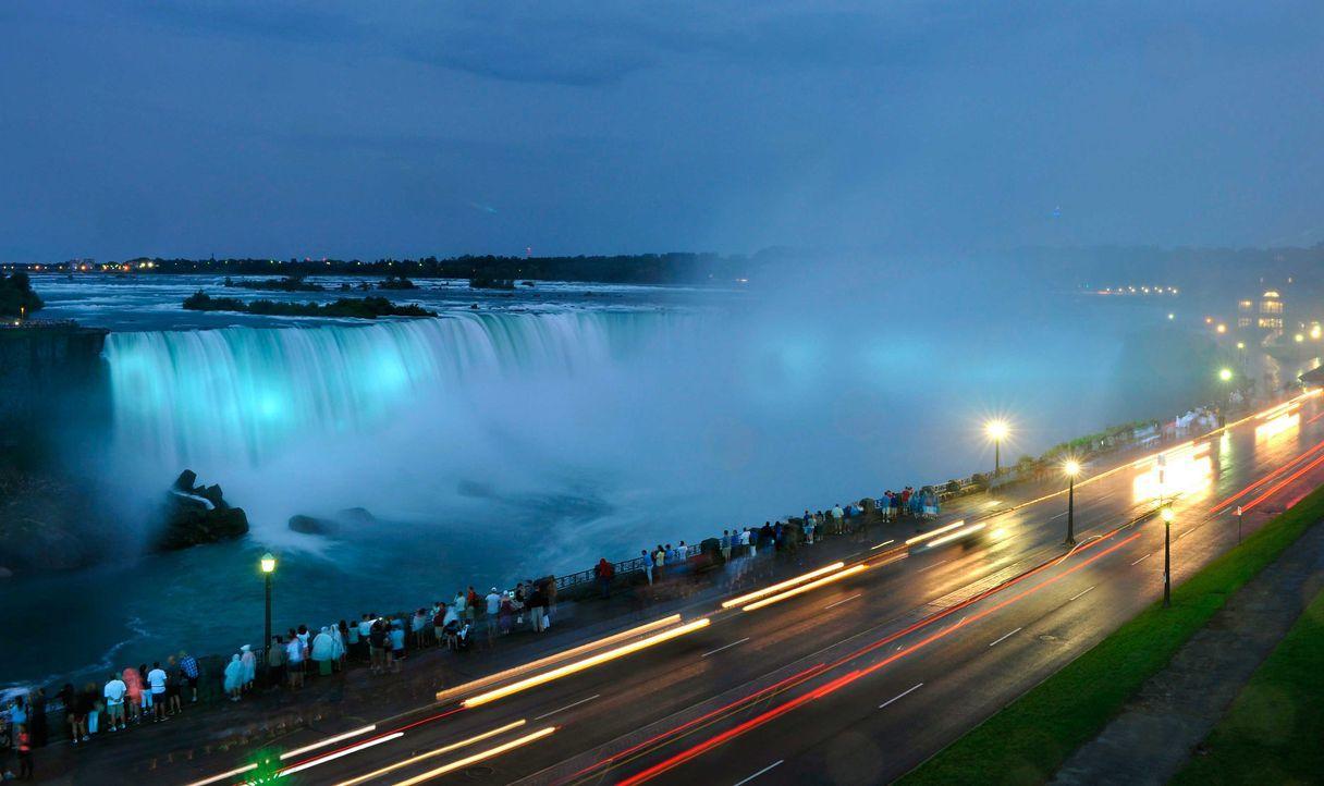 Die Niagara-Fälle leuchteten in royalem Baby-Blau - Bildquelle: dpa, Verwendung nur in Deutschland