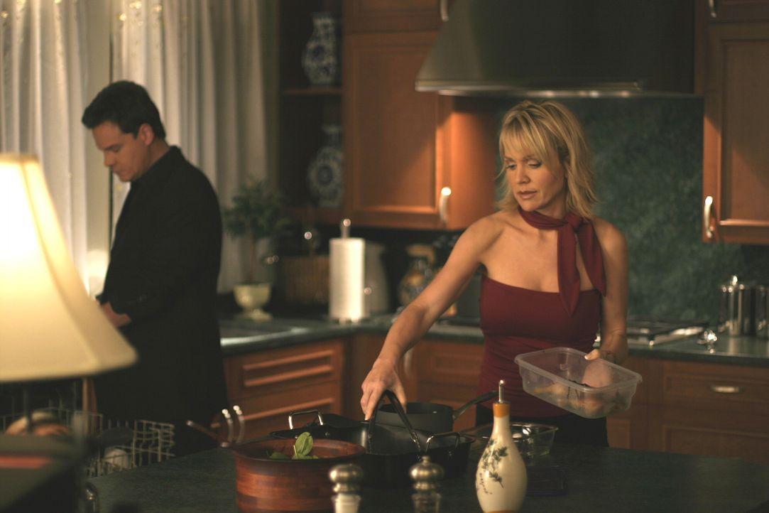 Deb (Barbara Alyn Woods, r.) ahnt nichts von den Geheimnissen, die Dan (Paul Johansson, l.) bewegen ... - Bildquelle: Warner Bros. Pictures