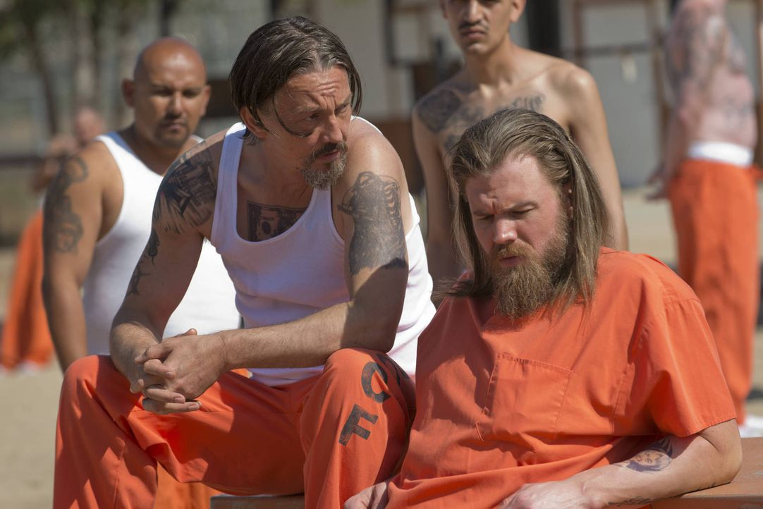 Noch glauben Chibs (Tommy Flanagan, l.) und Opie (Ryan Hurst, r.), mit den anderen Gefangenen klarzukommen ... - Bildquelle: 2012 Twentieth Century Fox Film Corporation and Bluebush Productions, LLC. All rights reserved.