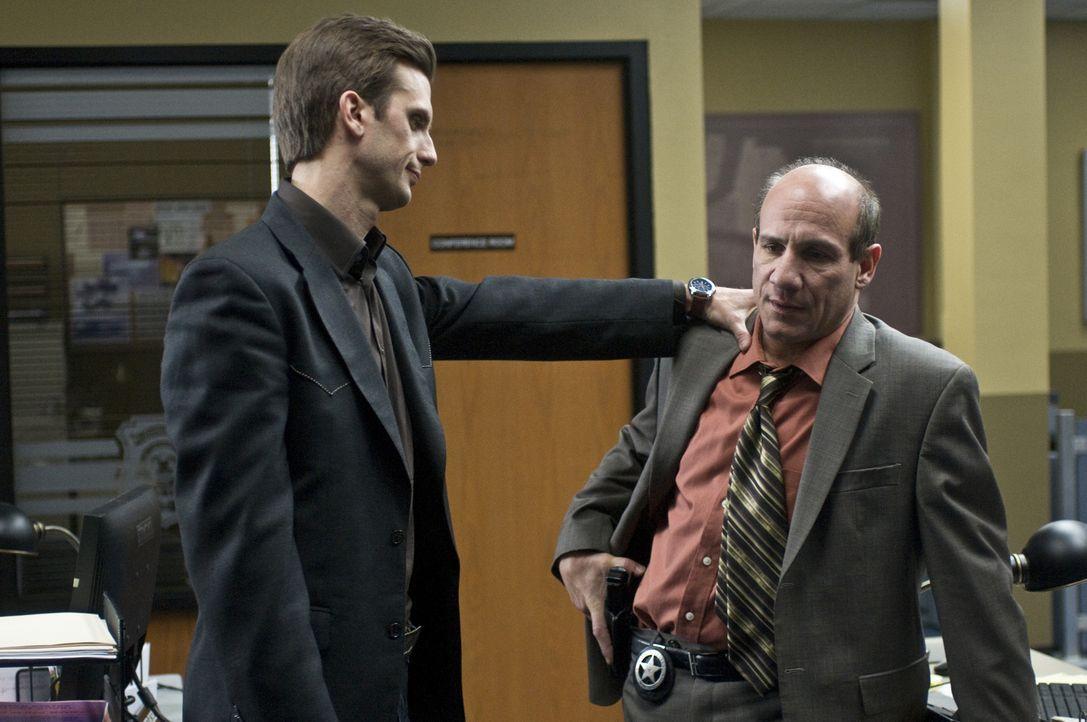 Kommt Mann (Frederick Weller, l.) dahinter, warum Stan (Paul Ben-Victor, r.) offenbar Regierungsdokumente fälscht? - Bildquelle: USA Network
