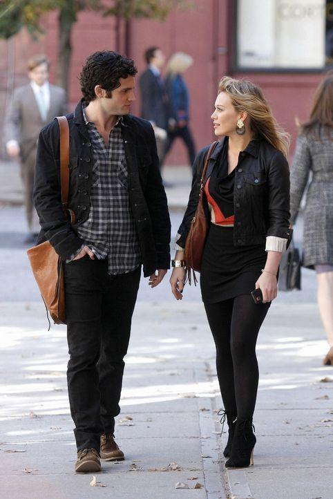 Dan (Penn Badgley, l.) will sich für das Autoren-Programm bewerben und Olivia (Hilary Duff, r.) bietet ihm ihre Hilfe an. - Bildquelle: Warner Brothers