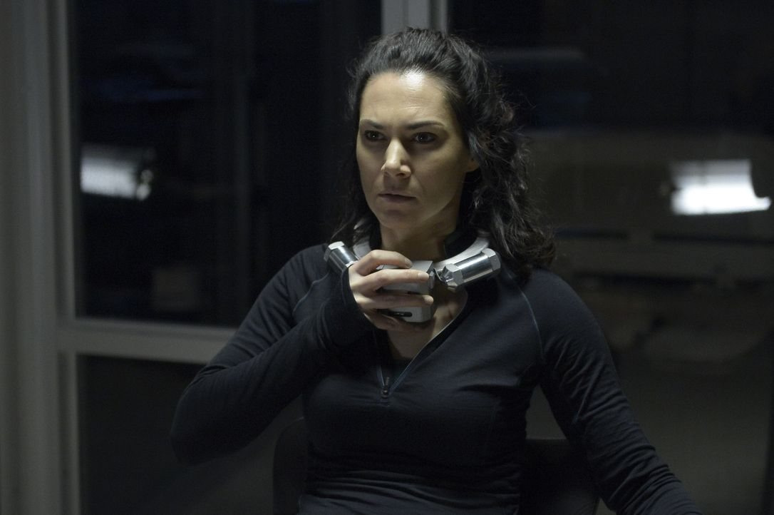 Gerät Julia (Kyra Zagorsky) in die Fänge von Spencer alias die Sense? - Bildquelle: 2014 Sony Pictures Television Inc. All Rights Reserved.