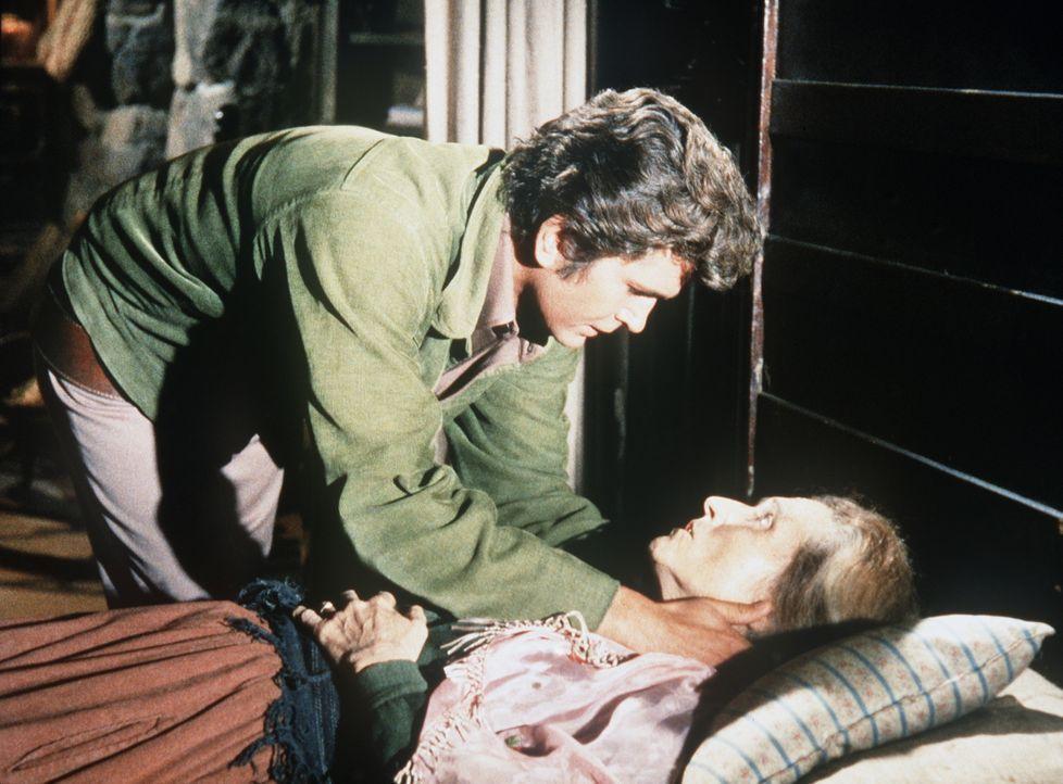 Little Joe Cartwright (Michael Landon, l.) pflegt die alte Carrie (Irene Tedrow, r.), die sehr krank ist. - Bildquelle: Paramount Pictures