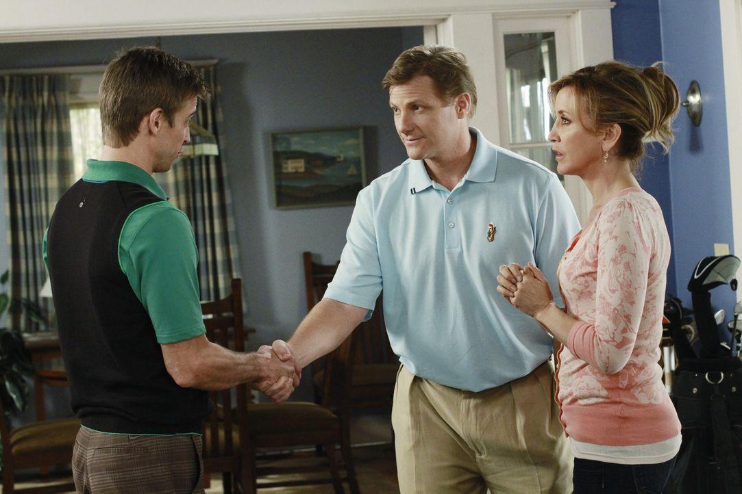 Tom (Doug Savant, M.) erhält von Glenn Morris (Ron Melendez, l.) ein phantastisches Stellenangebot, will aber Carlos nicht im Stich lassen. Daraufhi... - Bildquelle: ABC Studios