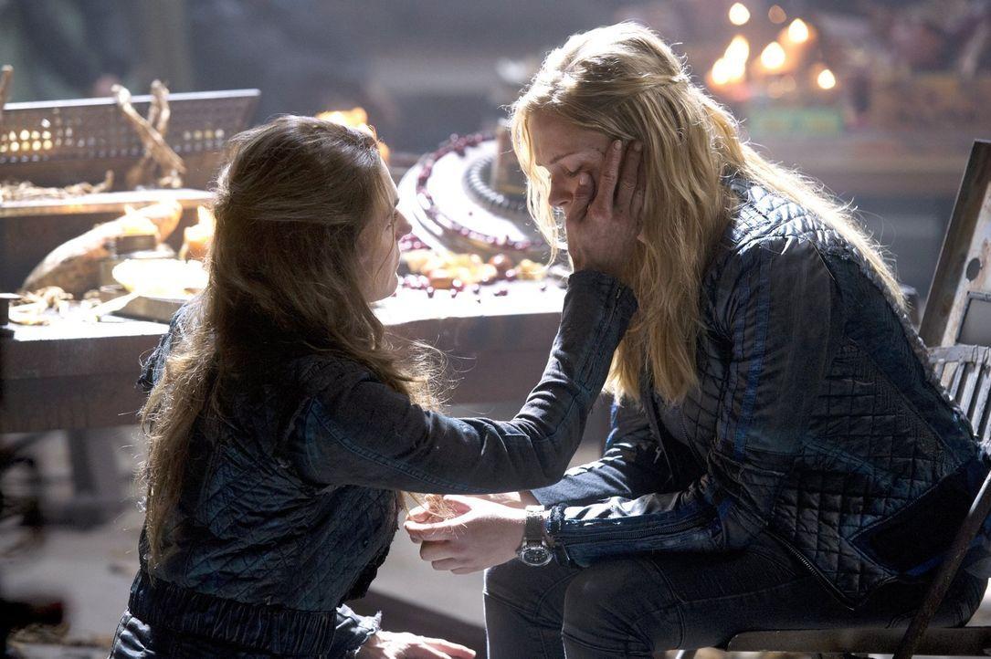 Abi (Paige Turco, l.) möchte Clarke (Eliza Taylor, r.) helfen, mit der Situation umzugehen, doch eigentlich macht sie es nur noch schlimmer ... - Bildquelle: 2014 Warner Brothers