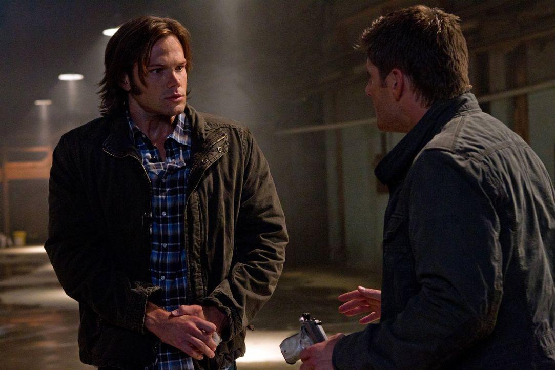 Sam (Jared Padalecki, l.) hat mehr und mehr Schwierigkeiten festzustellen, was real und was Halluzination ist. Teilweise sieht er Bobby, Dean (Jense... - Bildquelle: Warner Bros. Television