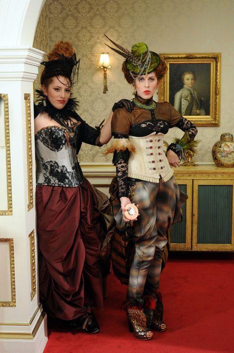 Sind sie genauso intrigant wie ihr Vater? Prinzessin Maribel (Hatty Preston, r.) und Prinzessin Penelope (Lydia Rose Bewley, l.) ... - Bildquelle: Stuart Wilson 2014 E! Entertainment Media, LLC